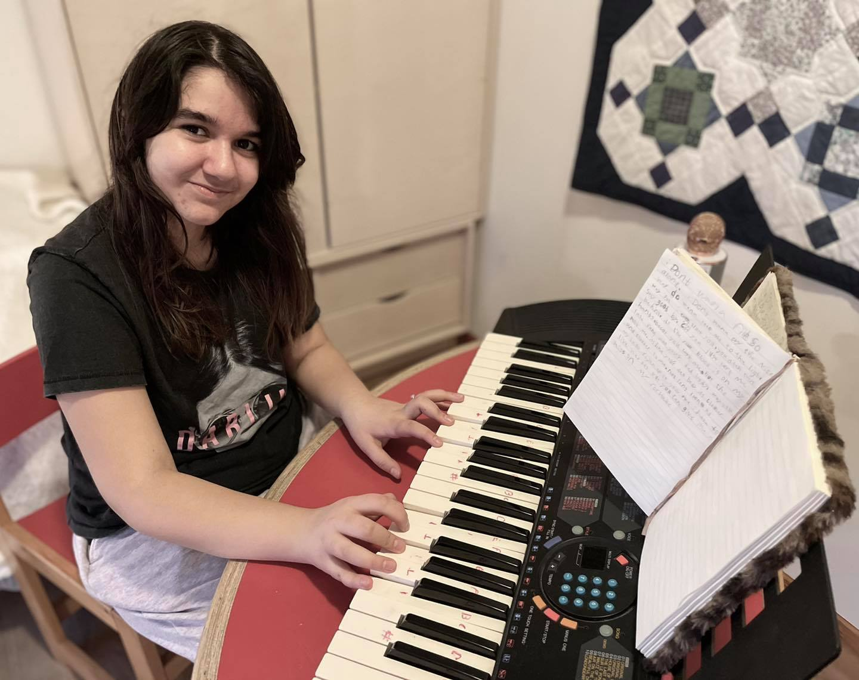 Elena ved sit klaver.