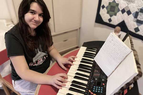 Elena lærte at udtrykke sig gennem musikken