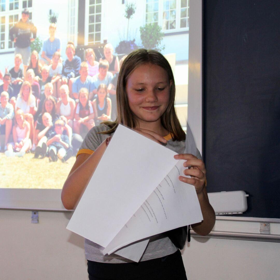 Pige holder foredrag for sin klasse